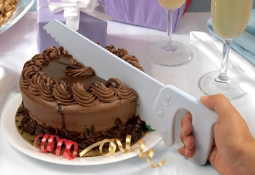 Handsäge teilt Torten mühelos in mundgerechte Stücke