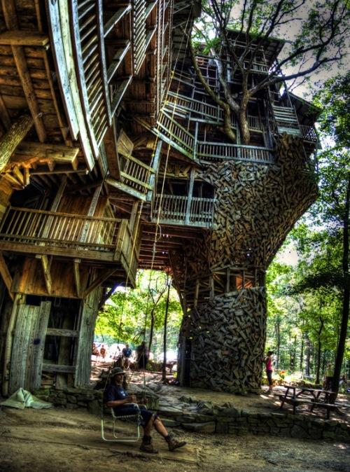 Ausgefallenes für jede Lebenslage: Das weltweit größte Baumhaus