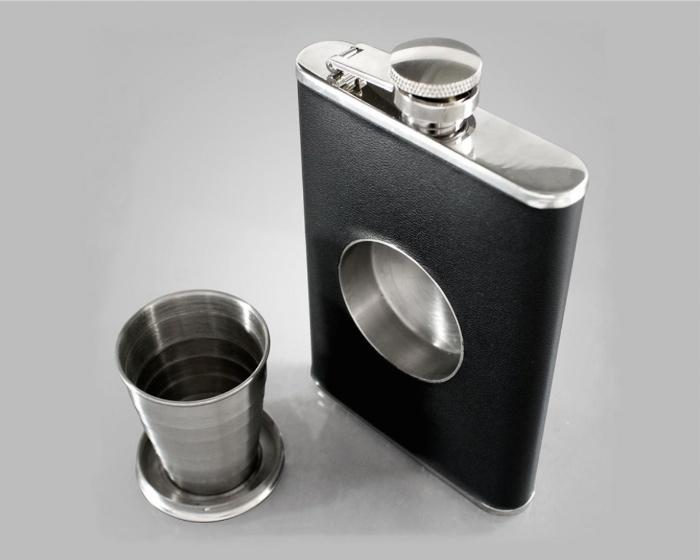 Praktisch: Flachmann mit integriertem Shotglas