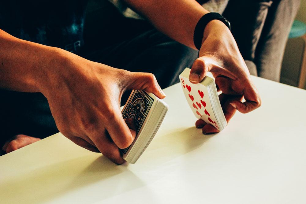 Ein Kartenmischgerät für den professionellen Spieleabend zuhause